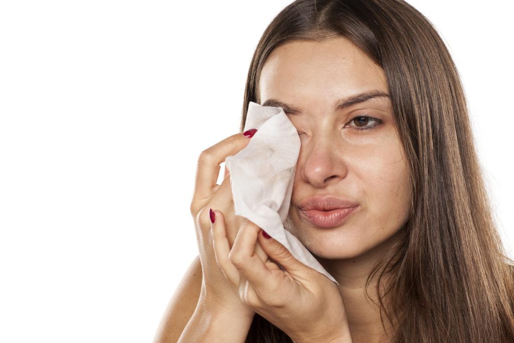 Abschminktücher stellen eine praktische Alternative dar, um sich richtig abzuschminken © shutterstock.com