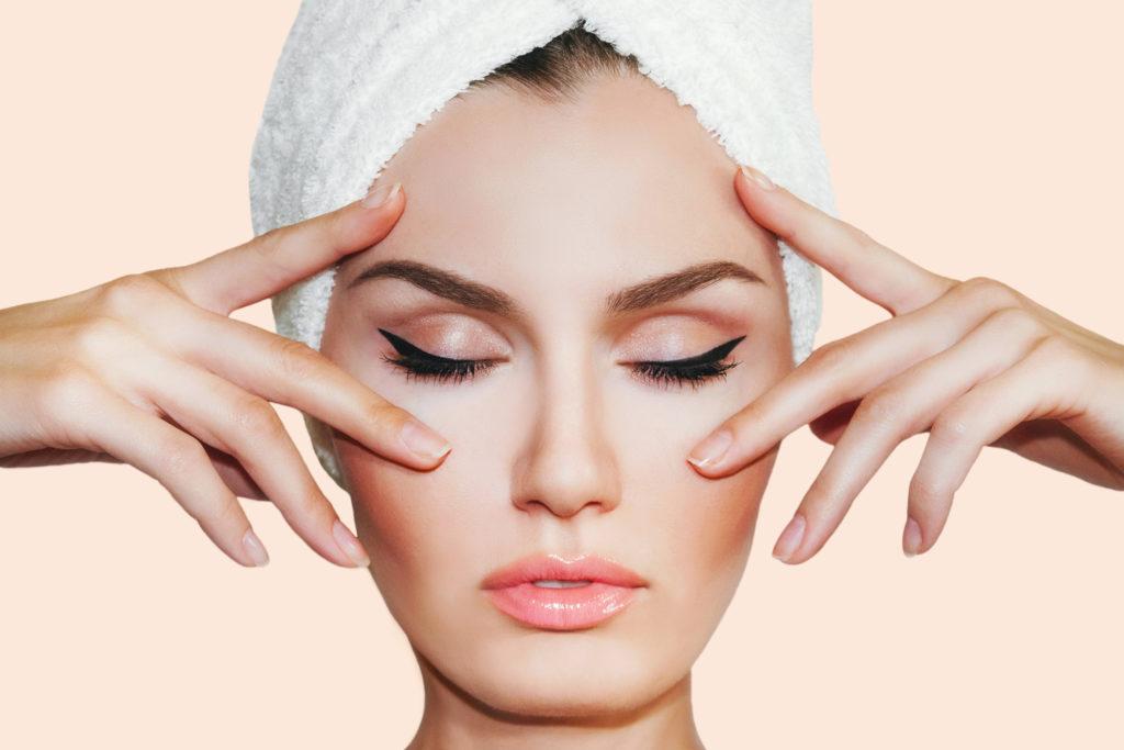 Anti-Falten Massagen fürs Gesicht helfen, Linien und Fältchen zu reduzieren. © shutterstock.com