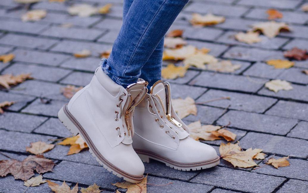 Schuhe und Herbstlaub - EYVA Blog