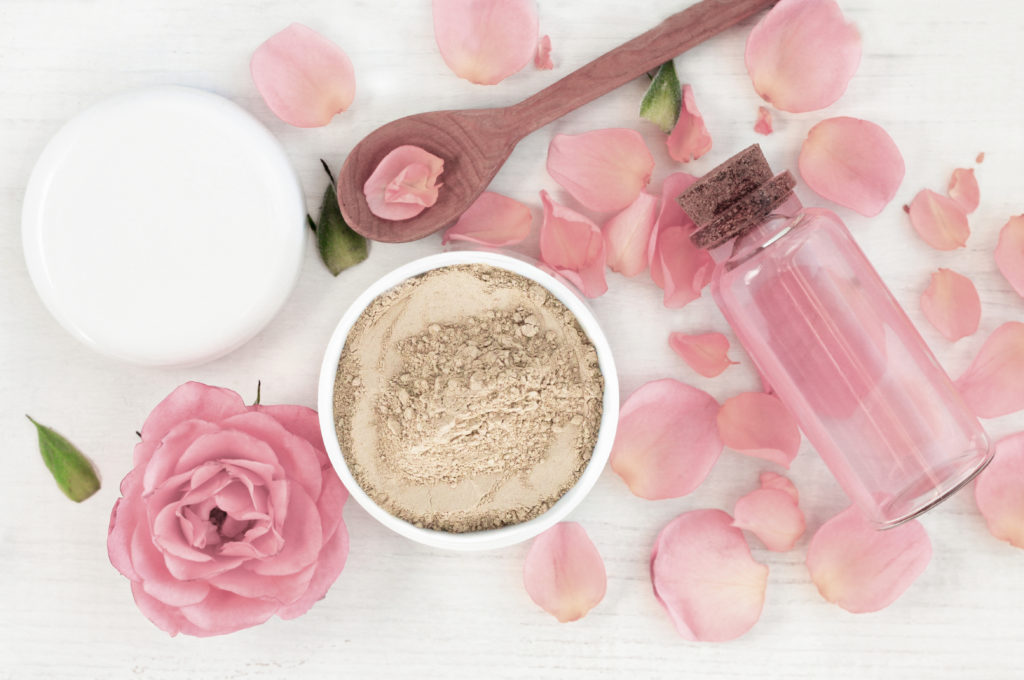 Lavaerde und Rosenwasser ergeben zusammen eine tolle DIY-Maske. © eyva.de