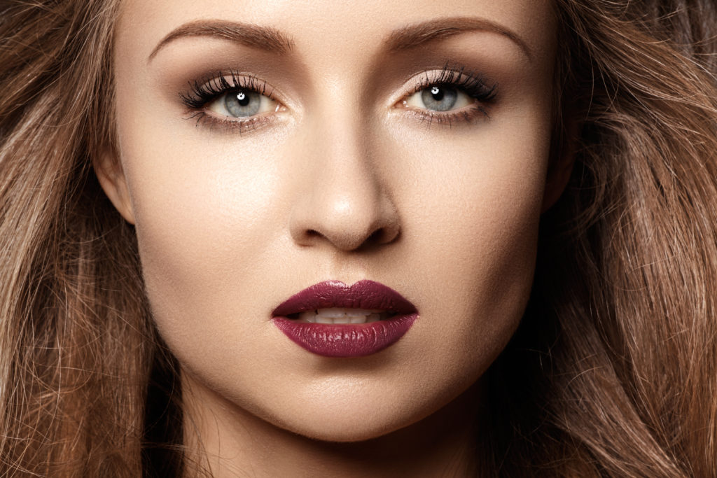 Make-Up-Look mit dunklem Lippenstift © shutterstock