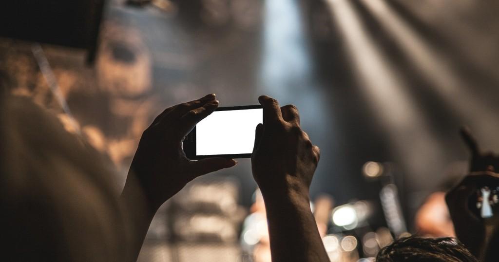 Quer gehaltenes Smartphone - EYVA Blog