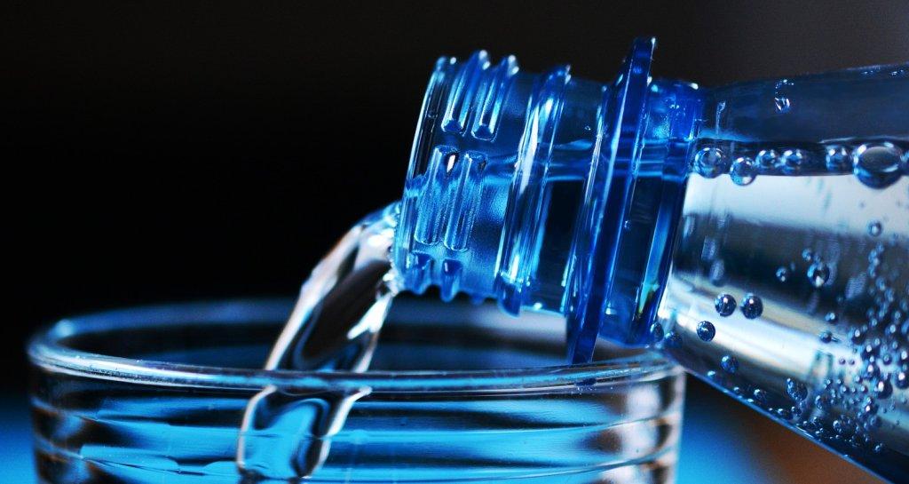Wasser wird in ein Glas geschüttet - EYVA Blog