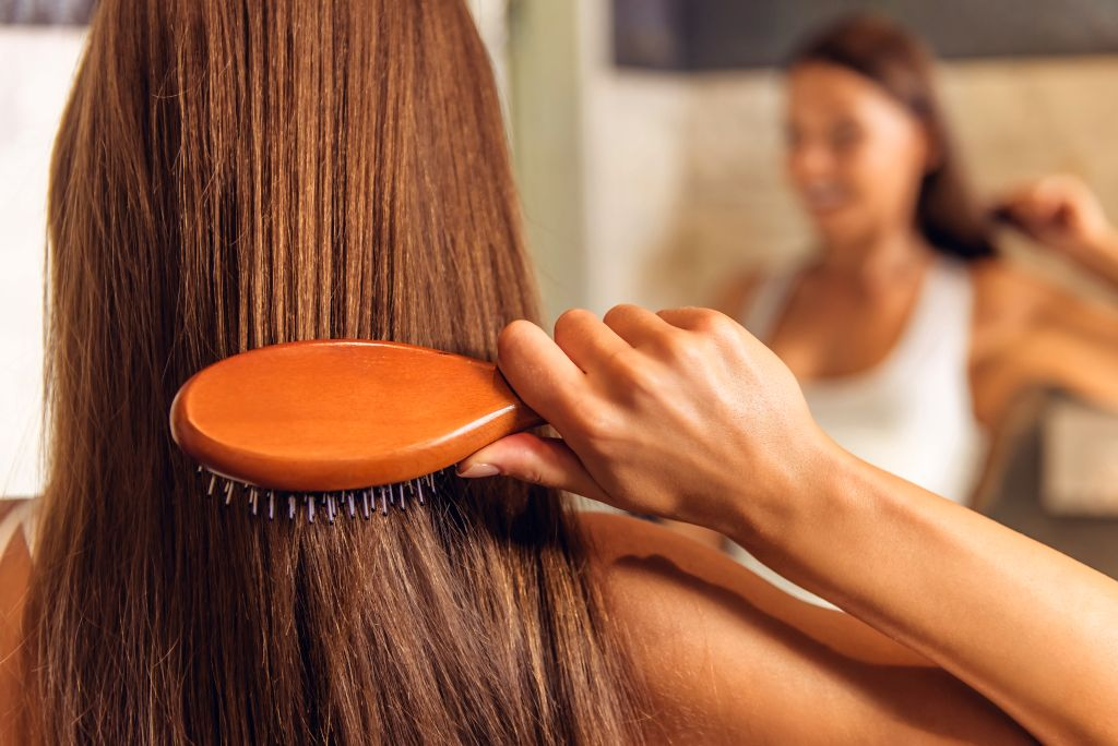 Frau kämmt sich die Haare - EYVA Blog