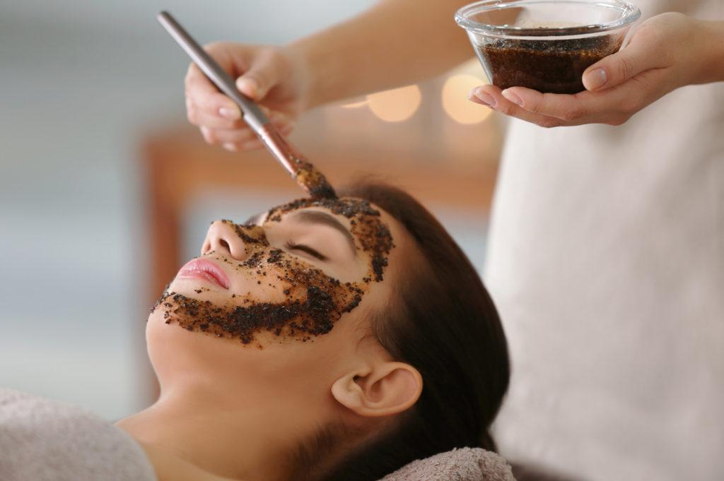 Eine Gesichtsmaske aus Kaffeesatz sorgt für ein frisches Hautbild © shutterstock.com