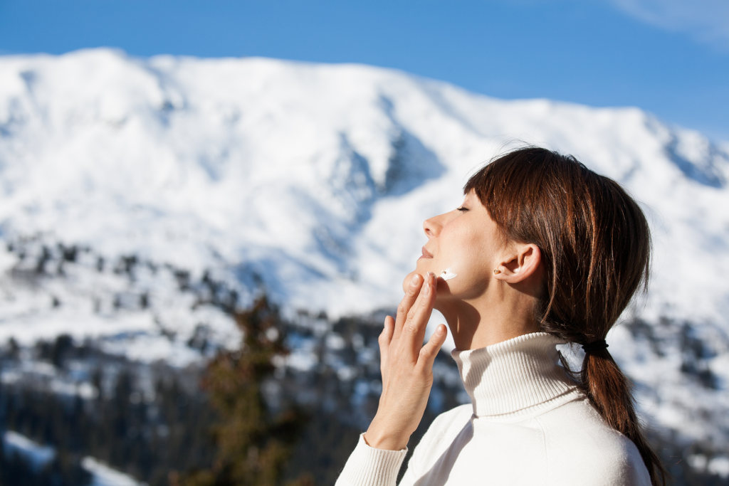 Bild Daily Routine im Winter Gesicht eincremen