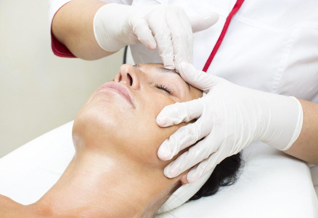 Eine Frau erhält eine kosmetische Behandlung gegen Altersakne.