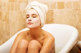 Gesichtsmasken – die schnellen Schönmacher, können aus den einfachsten Zutaten wie Honig, Avocado, Joghurt, Olivenöl, Heilerde etc. hergestellt werden.