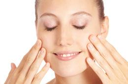 Anti-Falten Massage fürs Gesicht. Anti-Falten Massagen fürs Gesicht helfen © shutterstock.com
