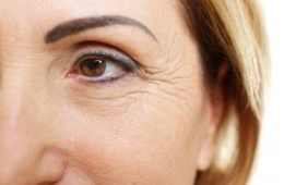 Bild ältere Frau - Wirkstoffe in Anti-Aging-Produkte - EYVA Blog