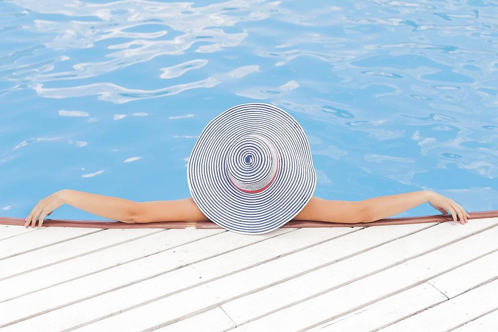 Bild Frau mit Sonnenhut im Swimmingpool - EYVA Blog