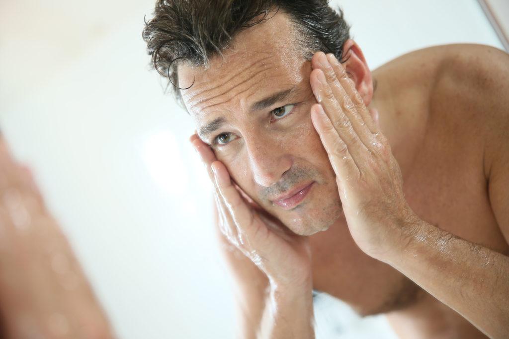 Die männliche Gesichtspflege sollte mehr enthalten als nur eine Reinigung mit Wasser. © shutterstock.com