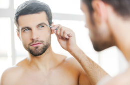 Männer Augenbrauen sollten gepflegt und gezupft werden. © shutterstock.com