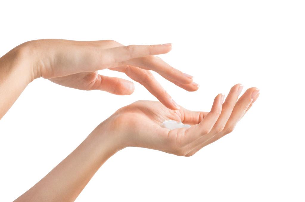 Die Gesichtscreme vor dem Auftragen in den Händen zerreiben, um sie zu erwärmen. © shutterstock.com