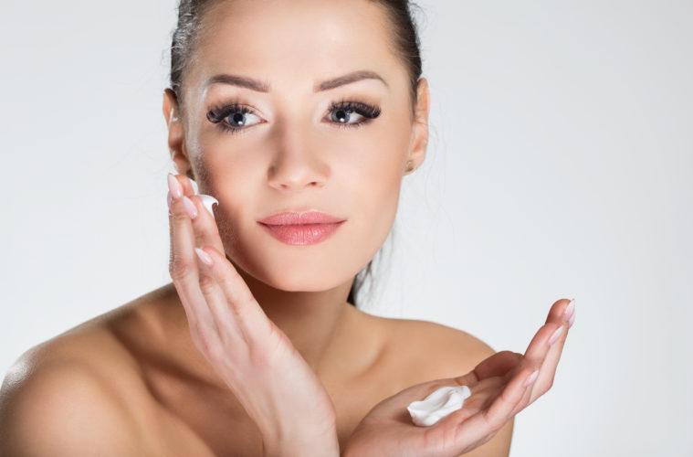 Gesichtscreme richtig auftragen. © shutterstock.com